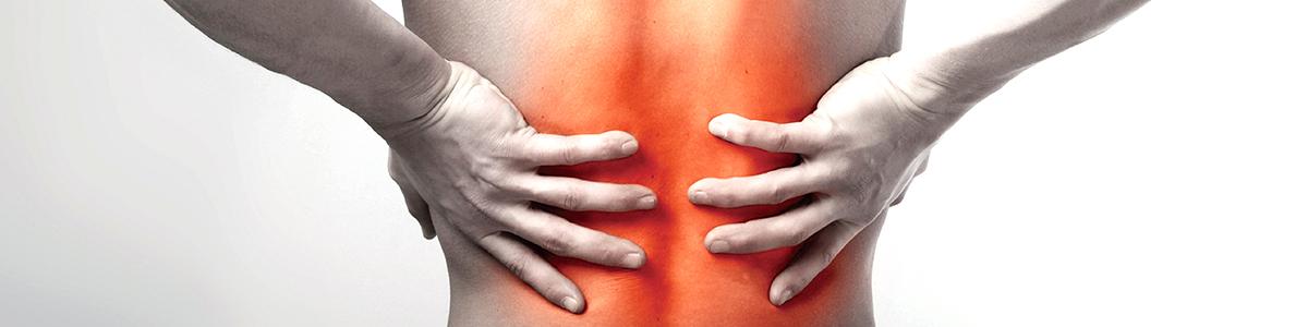 雙手扶著腰背部的疼痛部位