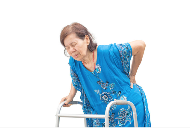 老人家撐著助行器表情痛苦
